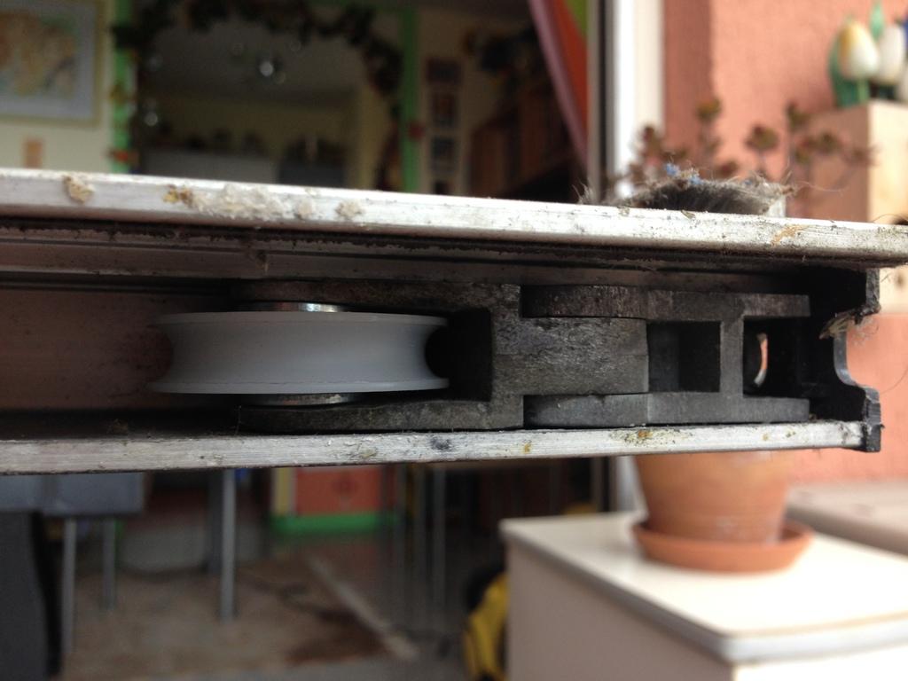 Roulette galet baie vitr e coulissante menton rcm monaco for Roulette pour baie coulissante